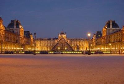 Louvre de nuit Paris