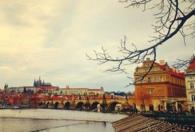 Prague; Vue sur le pont Charles, le Château et la Cathédraale depuis les quais de la Vltava
