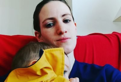 Maman faisant un câlin à son fils