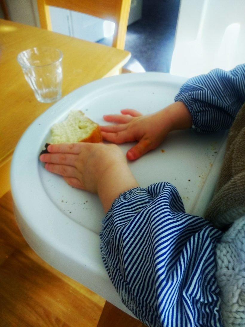 Mains d'enfant et brioche maison au levain naturel