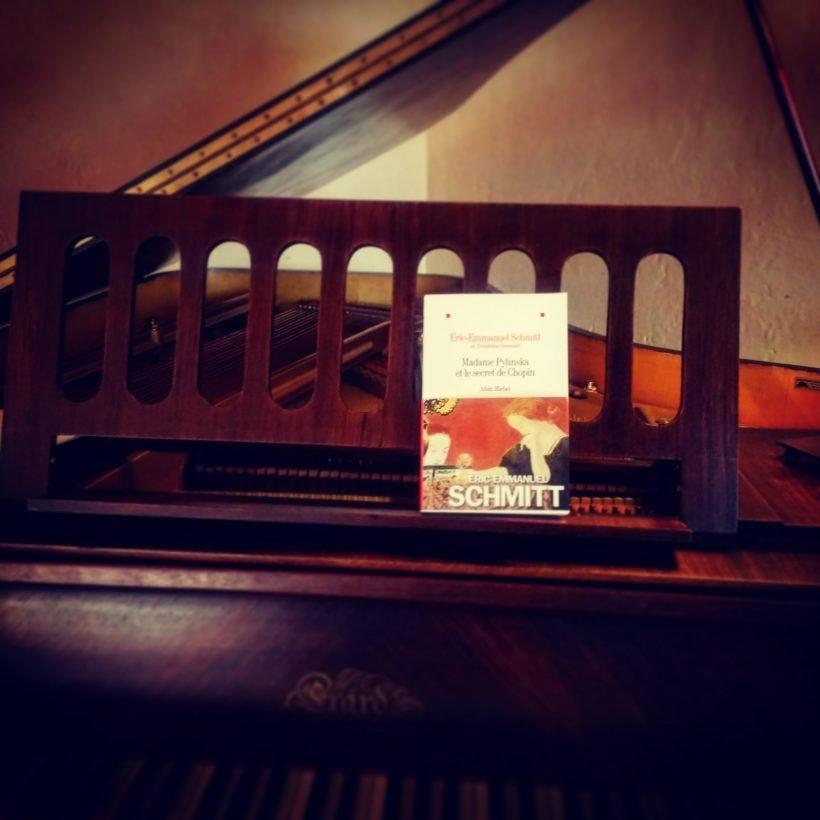 Un livre sur le pupitre d'un piano à queue -- Madame Pylinska et le secret de Chopin - Eric-Emmaneul Schmitt