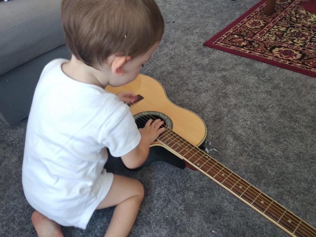 Enfant juant avec une guitare