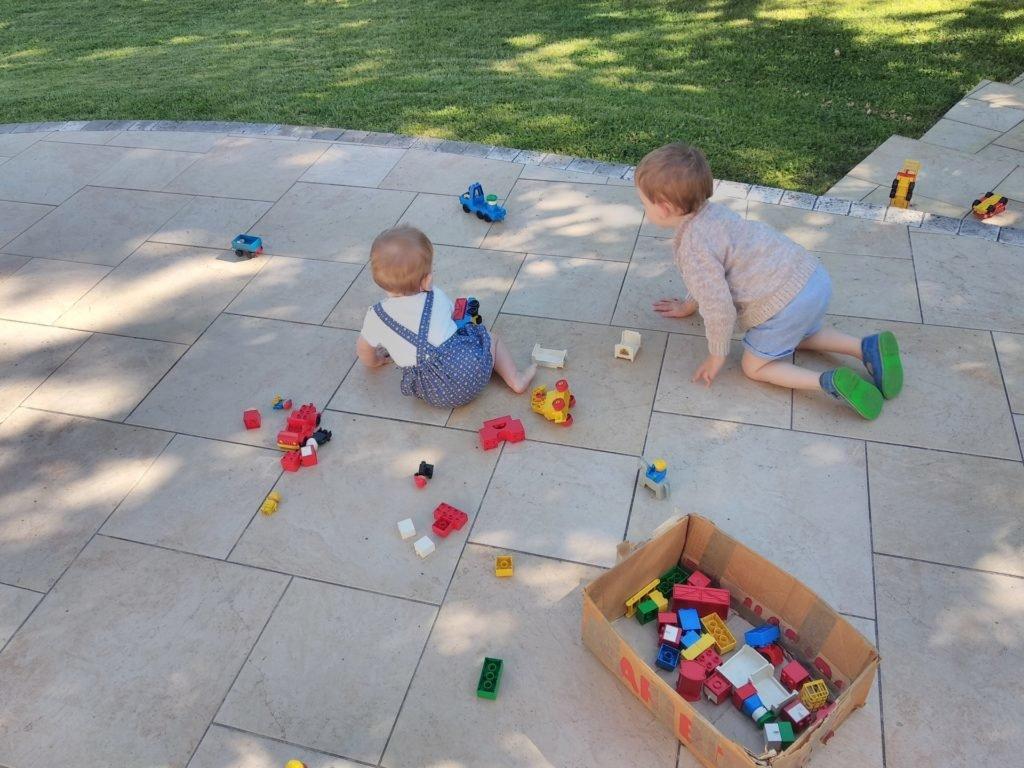 Enfants jouant en extérieur