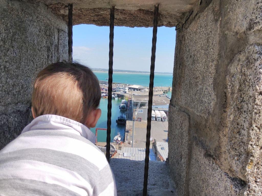 Enfant regardant le port de Granville depuis les murailles