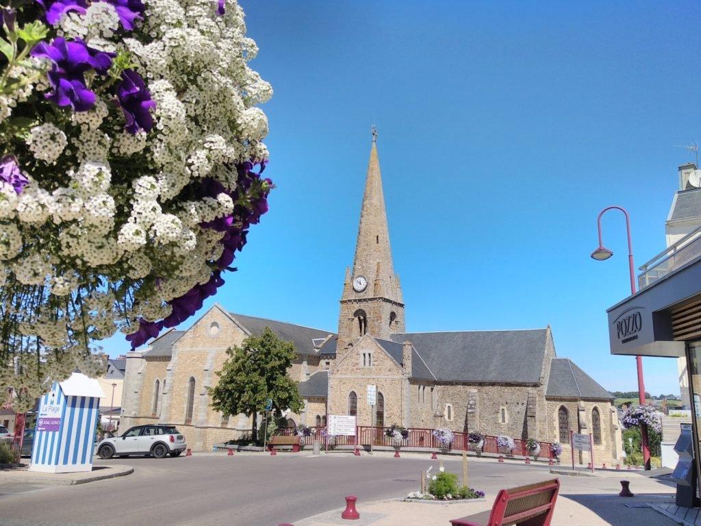 Vue de Saint-Pair sur Mer (Manche), église, Normandie, fleurs