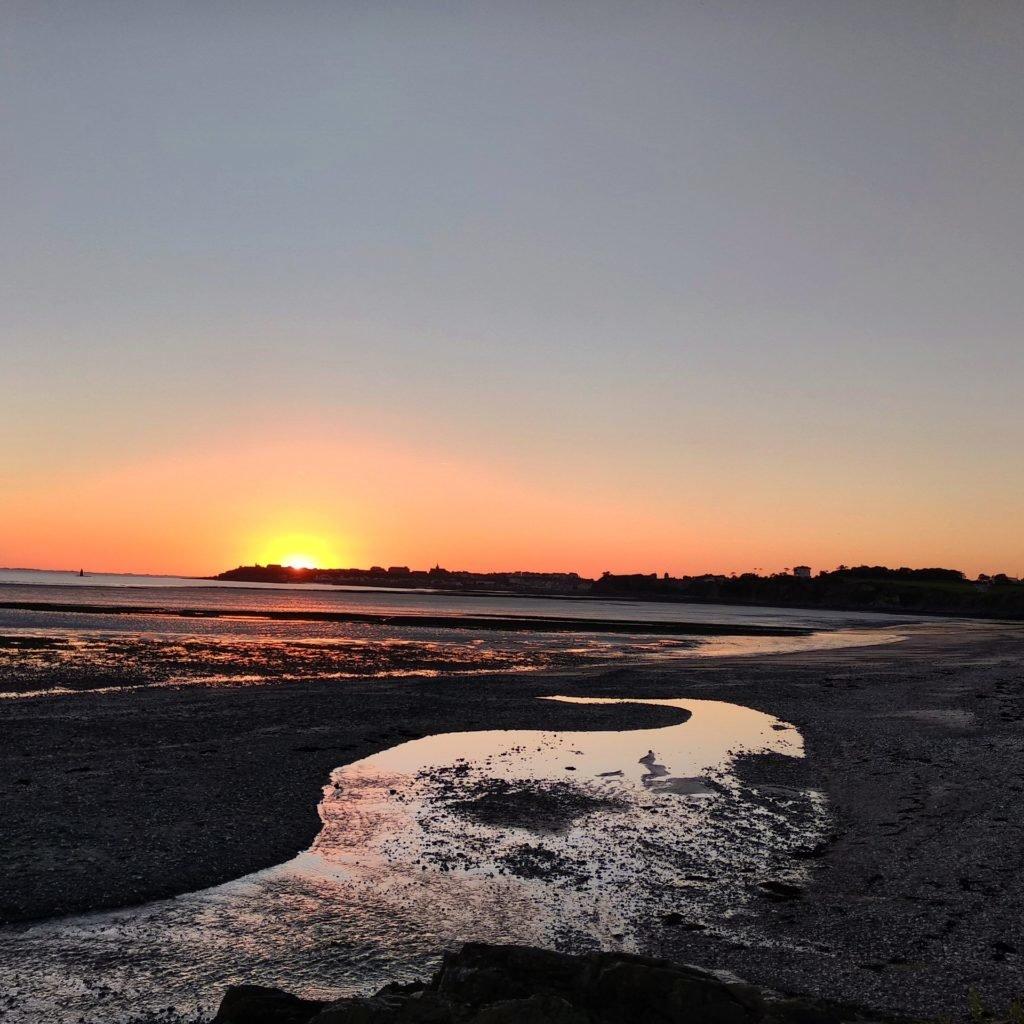 Vue sur la pointe de Granville depuis la plage de Saint-Pair-sur-Mer, coucher de soleil, mer