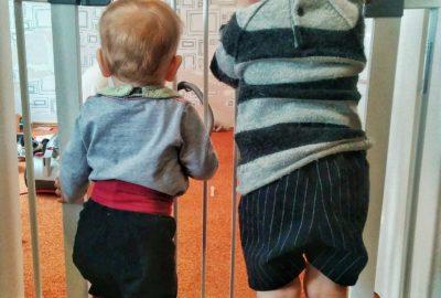 Enfants derrière une barrière