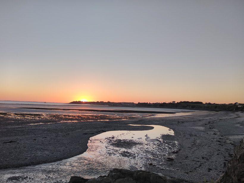 Vue sur la pointe de Granville depuis la plage de Saint Pair sur Mer