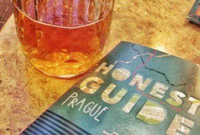 """Le livre """"Honest Guide Prague"""" et un verre de bière"""
