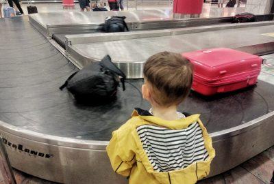 Enfant attendant les bagages à l'aéroport