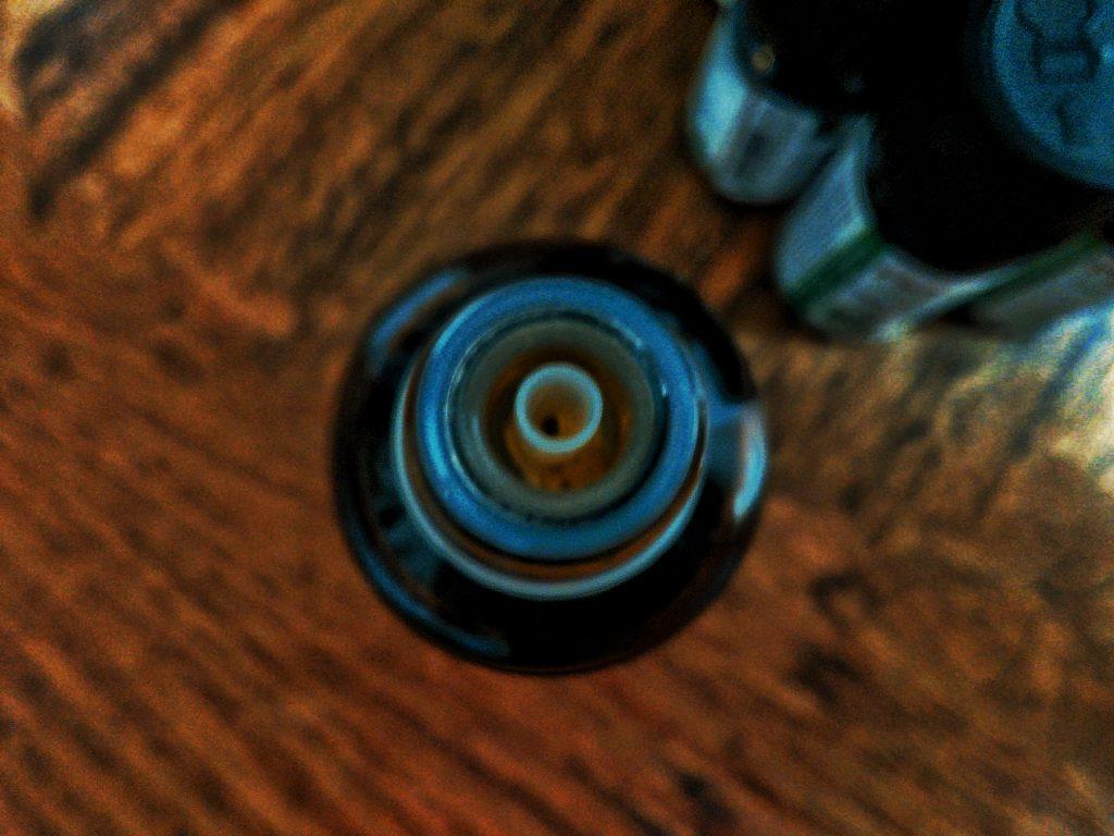 flacon d'huile essentielle ouvert